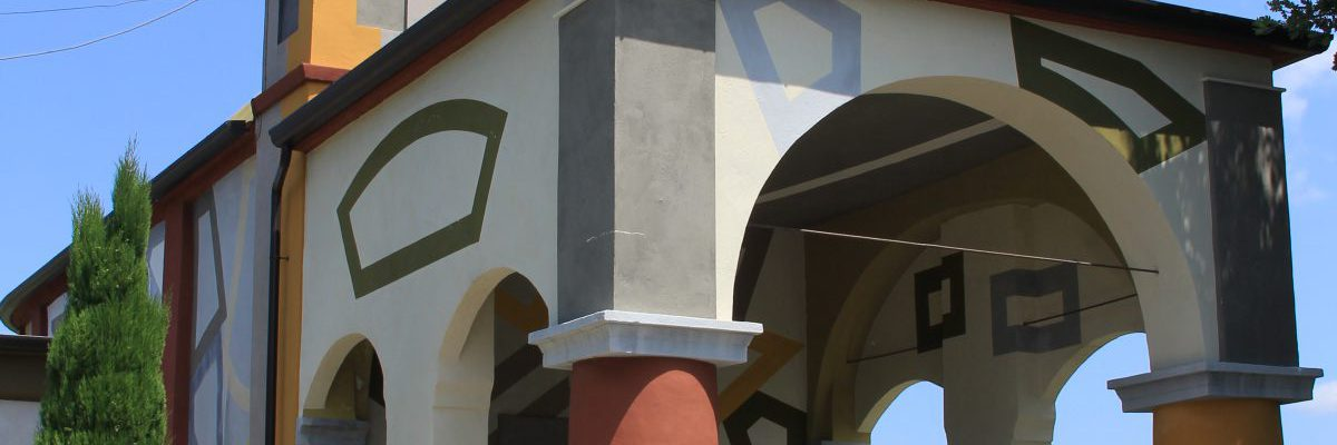 La chiesa colorata di Coazzolo immersa nei vigneti